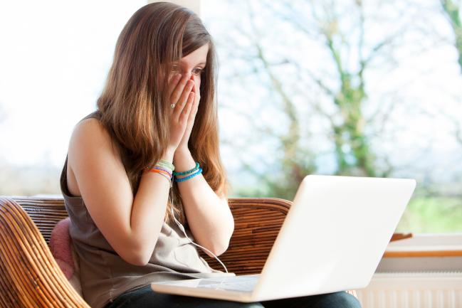 Verzweifelte Frau vor einem Laptop. Die Hände vor das Gesicht gehalten. (verweist auf: Ich habe einen IT-Sicherheitsvorfall - Was soll ich tun?)